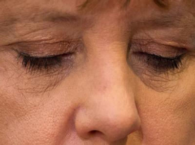 Für einen Moment schließt Angela Merkel bei einer Presskonferenz nach der Saar-Wahl die Augen. Foto: Michael Kappeler