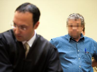 Der 51-jährige Angeklagte Thomas S. mit seinem Anwalt Adam Ahmed im Landgericht München. Foto: Peter Kneffel