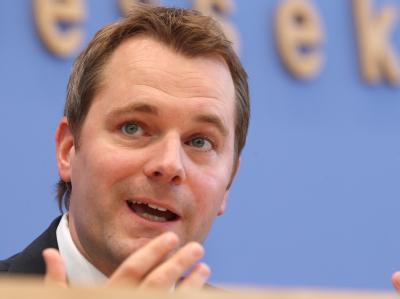 Bundesgesundheitsminister Daniel Bahr hat sich erfreut über den Wiedereinzug seiner FDP in den nordrhein-westfälischen Landtag gezeigt. Foto: Wolfgang Kumm/Archiv