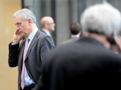 Sachsens Ministerpräsident Stanislaw Tillich (CDU, l) telefoniert in Berlin vor der Ministerpräsidentenkonferenz. Foto: Maurizio Gambarini