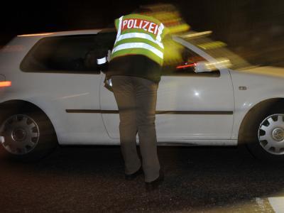 Eine Polizeibeamtin kontrolliert ein Fahrzeug. Jährlich müssen zahlreiche Bundesbürger zum sogenannten