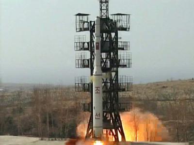 Start einer nordkoreanischen Rakete: Nordkorea hat nach Medienberichten vor seinem geplanten Satellitenstart im April zwei Raketen mit kurzer Reichweite zu Testzwecken an der Westküste abgefeuert. Foto: KCNA/Archiv