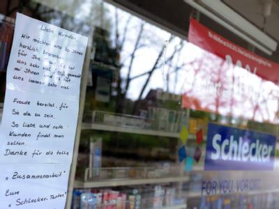 Ein Schreiben, mit dem sich Schlecker Mitarbeiterinnen bei ihren Kunden bedanken, hängt an einem geschlossenen Schlecker Drogeriemarkt. Die Schlecker-Pleite sorgt auch für einen handfesten politischen Streit. Rot-Grün wirft der FDP vor, die Schlecker-Frau