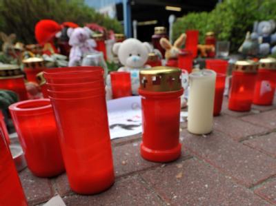 Zahlreiche Kerzen stehen vor dem City-Parkhaus in Emden. Knapp eine Woche nach dem Mord an der kleinen Lena ist der Mörder weiter auf der Flucht. Foto: Michael Bahlo