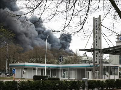Ein schwarze Rauchwolke steht über dem Chemiepark in Marl. Foto: Phil Griffin