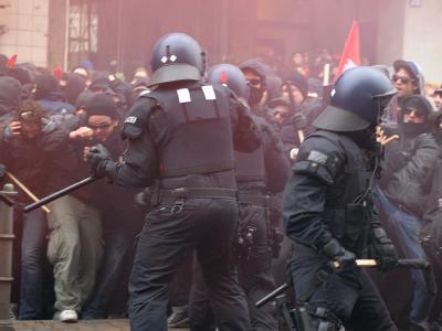 Ausschreitungen zwischen Polizei und Demonstranten bei der Anti-Kapitalismusdemonstration in Frankfurt. Foto: Boris Roessler