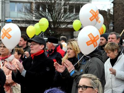 Bürger protestieren in Brandenburg/Havel gegen einen Aufmarsch der rechtsextremistischen NPD.  Foto: Georg-Stefan Russew