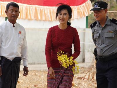 Aung San Suu Kyi besucht Wahlhelfer in Kawmhu. Foto: Barbara Walton