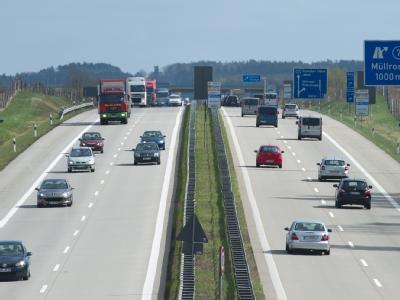 Trotz der anhaltend hohen Benzinpreise und Forderungen aus FDP und Union lehnt Bundeskanzlerin Merkel eine Erhöhung der Pendlerpauschale weiterhin ab. Foto: Patrick Pleul
