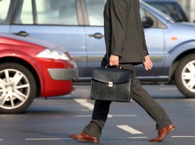 Teure Sache: Ein Berufspendler auf dem Weg zur Arbeit. Foto: Martin Gerten/Archiv
