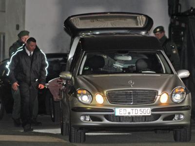 Bestatter transportieren die Mordopfer von Notzing ab. Foto: Marc Müller/Archiv