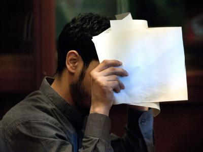 Der 25-jährige Hauptangeklagte soll im August 2011 mindestens zwölf Schüsse auf ein Auto in Berlin abgegeben haben, in dem seine Ex-Frau und deren Familie saßen. Foto: Robert Schlesinger