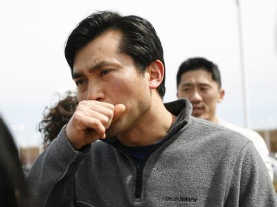 Verwandte, Freunde und Bekannte hofften nach dem Amoklauf auf ein Lebenszeichen von zunächst noch vermissten Studenten. Foto: Monica M. Davey