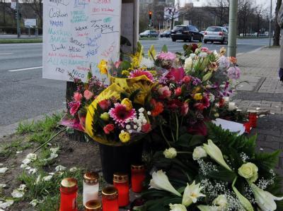 Blumen schmücken den Tatort der Schießerei. Foto: Maurizio Gambarini
