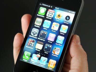 Das iPhone 4 von Apple: In China hat ein Schüler seine Niere für umgerechnet 2700 Euro an einen illegalen Organhändlerring verkauft - mit dem Geld kaufte er ein iPhone und ein iPad. Foto: Maurizio Gambarini/Archiv