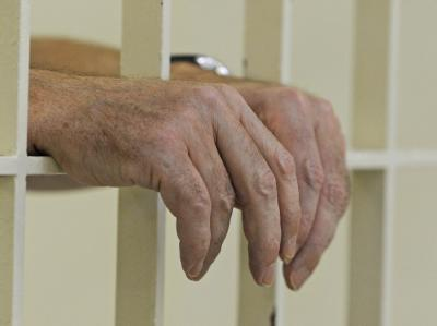 Sollen Schwerverbrecher mit lebenslanger Haft schon nach fünf Jahren wieder länger in den Freigang? Die Polizeigewerkschaften sind dagegen. Foto: Patrick Seeger / Archiv