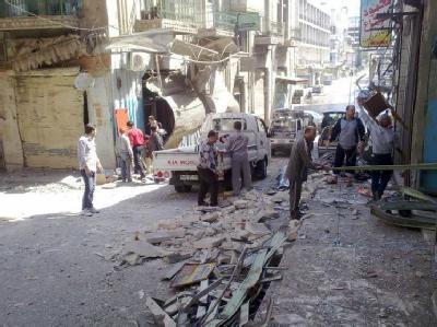 Ein von Bomben zerstörter Straßenzug in der Stadt Hama: Bevor die Waffen in Syrien schweigen sollen, eskaliert noch einmal die Gewalt. Mahnende Worte von UN-Generalsekretär Ban verhallen. Foto: LCC