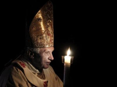 Ein Höhepunkt der Osterfeierlichkeiten zur Auferstehung Jesu: Papst Benedikt feiert mit den Gläubigen die Osterwache. Foto: Serena Cremaschi