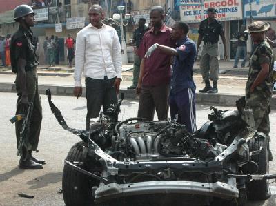 Polizisten in Kaduna untersuchen das Auto, das mit Sprengstoff gefüllt war und explodierte. Foto: str/epa