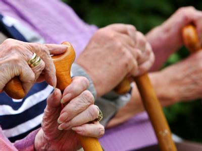 Rentner auf der Parkbank