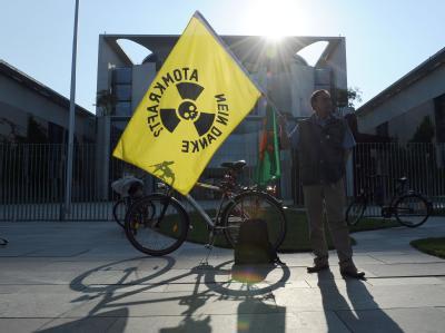 Atomgegner protestieren am 29.05.2011 vor dem Bundeskanzleramt in Berlin. Foto: Britta Pedersen