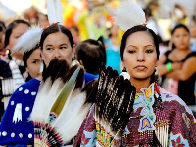 Angehörige der Lakota Oglala Indianer während eines Stammestreffens in Pine Ridge, South Dakota. Foto: Mike Nelson/Archiv
