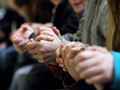 An den Händen halten