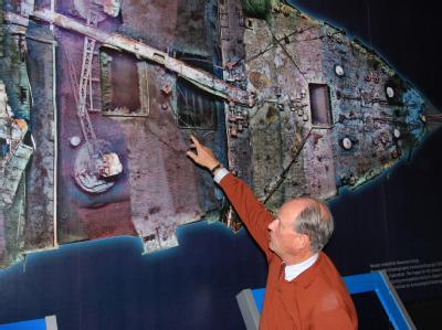 Titanic-Entdecker Robert Ballard vor einer Großaufnahme des Oberdecks der Titanic, wie er sie in knapp 3800 Metern Tiefe fand. Foto: Chris Melzer