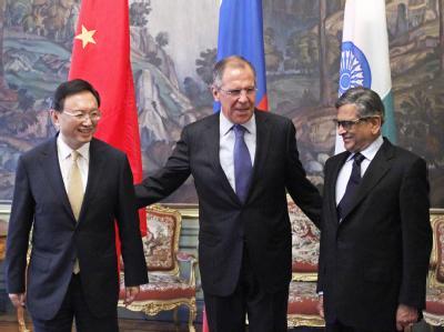 Kritik an Nordkorea - aber keine neuen Sanktionen: Russlands Außenminister Sergej Lawrow (M) sprach in Moskau mit seinen Amtskollegen Yang Jiechi (l) aus China und S.M. Krishna aus Indien über Nordkoreas Raketenstart. Foto: Yuri Kochetkov