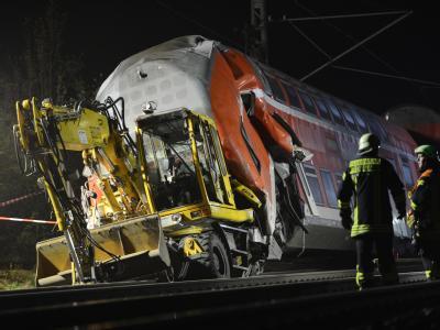 Feuerwehrleute stehen nach einem Zugunglück bei Mühlheim an einer Unfallstelle. Foto: Arne Dedert