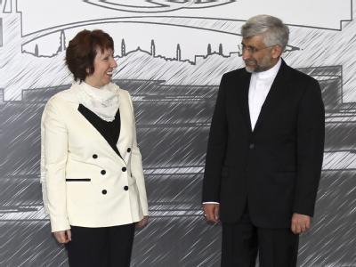 Catherine Ashton zusammen mit Teherans Unterhändler Said Dschalili vor Beginn der Gespräche in Istanbul. Foto: Tolga Adanali