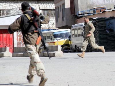 Im Laufschritt: Afghanische Sicherheitskräfte im Kampf mit den Taliban. Foto: S. Sabawoon