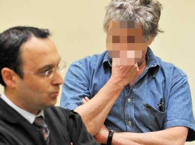 Der 51-jährige Angeklagte steht im Landgericht München mit seinem Verteidiger Adam Ahmed im Gerichtssaal. Foto: Frank Leonhardt