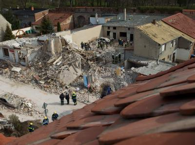 Ein dreistöckiges Mehrfamilienhaus ist in Zerbst bei einer Explosion zerstört worden. Foto: Jens Wolf