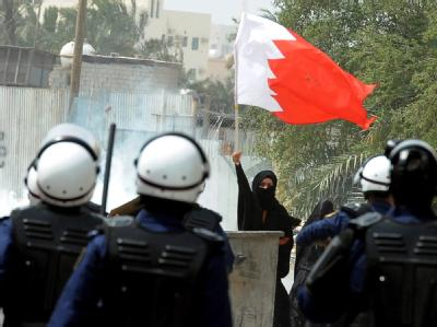 Demonstrantin mit bahrainischer Flagge