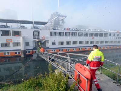 Im Karlsruher Rheinhafen liegt ein Kreuzfahrtschiff, das bei Elchesheim-Illingen auf Grund gelaufen und leckgeschlagen war. Foto: Uli Deck