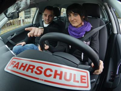 Die 17-jährige Fahrschülerin Kseniya Platkova und Fahrlehrer Thomas im Fahrschulauto. Foto: Armin Weigel