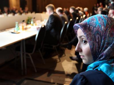 Teilnehmer der Deutschen Islamkonferenz sitzen im Umspannwerk im Berliner Bezirk Kreuzberg. Foto: Wolfgang Kumm