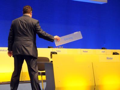 Patrick Döring, Generalsekretär der FDP, besichtigt in Karlsruhe die dm-Arena, in der der FDP-Bundesparteitag stattfindet. Foto: Uli Deck