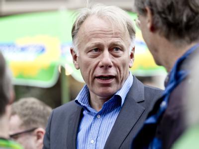 Jürgen Trittin im Wahlkampf an einem Infostand seiner Partei. Foto: Markus Scholz/Archiv