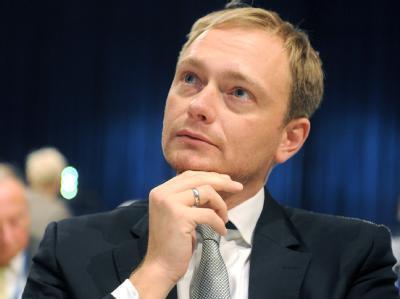 Christian Lindner, Spitzenkandidat der FDP bei den Landtagswahlen in d Nordrhein-Westfalen, verfolgt beim Bundesparteitag der FDP die Debatte. Foto: Uli Deck