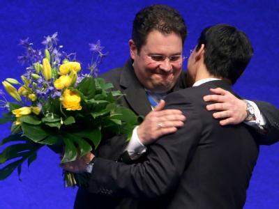 Patrick Döring nimmt nach seiner Wahl zum Generalsekretär Blumen von Philipp Rösler entgegen. Foto: Michael Kappeler