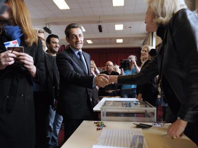 Bei der Stimmabgabe gab sich Nicolas Sarkozy optimistisch. Foto: Eric Feferberg/POOL MAXPPP