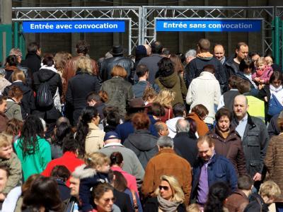 Die einen wollen den Wandel, die anderen die Kontinuität: Frankreichs Wähler zeigen sich am Wahlsonntag hochmotiviert. Momentaufnahmen in Wahlbüros deuten auf den starken Wunsch vieler nach Wandel hin. Foto: Olivier Hoslet