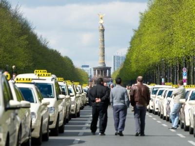 Hier geht nichts mehr: Taxen stehen auf der Straße des 17. Juni in Berlin, im Hintergrund die Siegessäule am Großen Stern. Foto: Franziska Koark