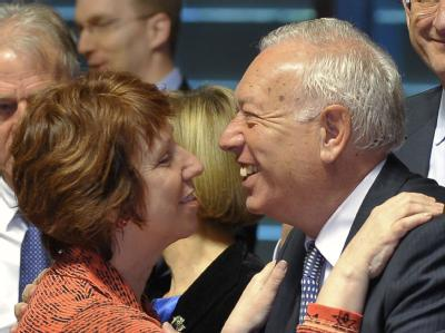 Der spanische Außenminister Jose Manuel Garcia-Margallo bergüßt die EU-Außenbeauftragte Catherine Ashton. Foto: Nicolas Bouvy
