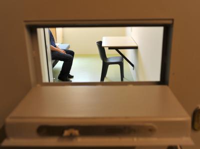 Ein Mann sitzt in der Justizvollzugsanstalt in Offenburg (Ortenaukreis) in einer Einzelzelle. Foto: Patrick Seeger/Archiv