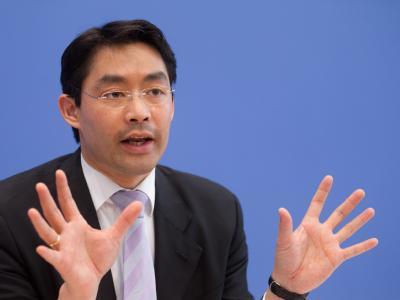 FDP-Chef Philipp Rösler will auf jeden Fall durchhalten. Foto: Kay Nietfeld/Archiv