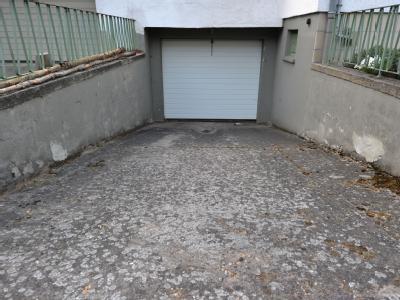 In der zu dem Haus gehörenden Garage und einem Kellerraum waren die Camping-Kühlboxen mit den Babyleichen gefunden worden. Foto: Boris Roessler