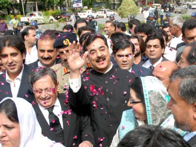 Premierminister Yousaf Raza Gilani wurde vom pakistanischen Verfassungsgericht verurteilt, in der Gewalt der Justiz zu verbleiben, solange die Verhandlung andauert. Diese endete nach nur knapp einer Minute. Foto: T. Mughal